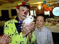 Клоун-фокусник с кроликами